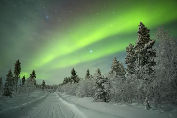 Aurora borealis über Winterlandschaft im finnischen Lappland