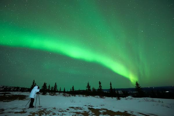 Mann fotografiert Aurora Borealis in Alaska