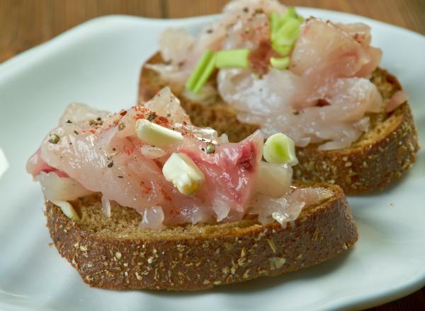Frischer Fisch als Essen für das Mittsommerfest