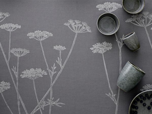Soedahl-Flora-Danica-Pimpinelle-Tischdecke-grau