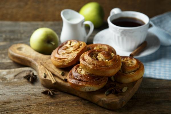Schwedischer Kaffee mit selbstgemachten Apfel- und Zimtrollen