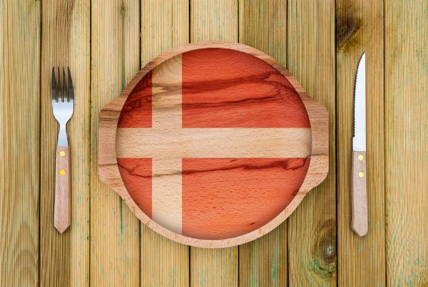 Hoelzerne Platte mit einer Daenemark-Flagge