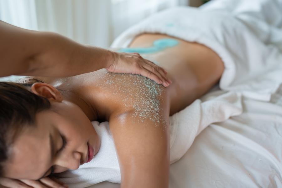 Samtweiche Haut mit Koerperpflege-Peeling