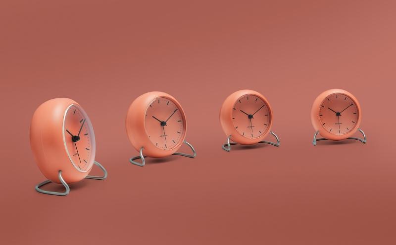 Arne Jacobsen Clocks City Hall Tischuhr mit Weckfunktion Hoehe blassorange